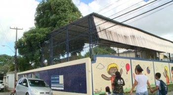 Escola Municipal Ebenezer Gueiros com problemas estruturais paras seus alunos e profissionais