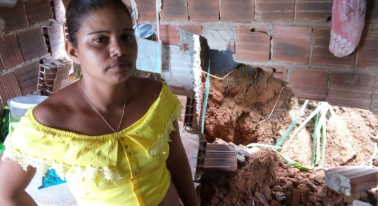 Após fortes chuvas, deslizamento de barreira atinge casa no Recife