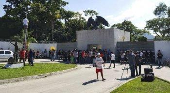 Muita gente está na porta do CT do Flamengo na manhã desta sexta-feira (8)