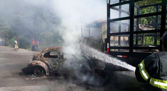 Motorista morre carbonizado após colisão em Glória do Goitá