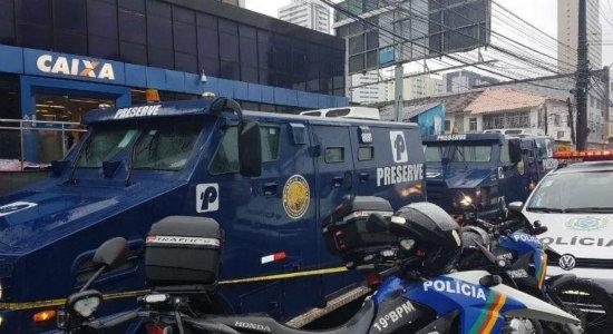 Câmeras de segurança registram ação criminosa contra carro-forte no Pina