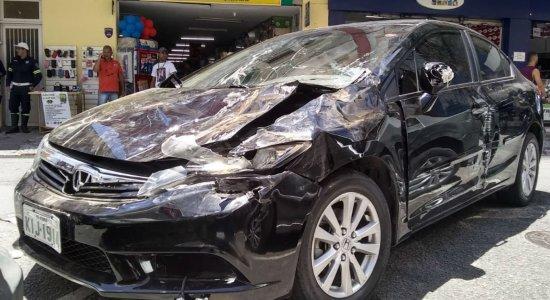 Após perder controle de carro, flanelinha atropela cinco pessoas