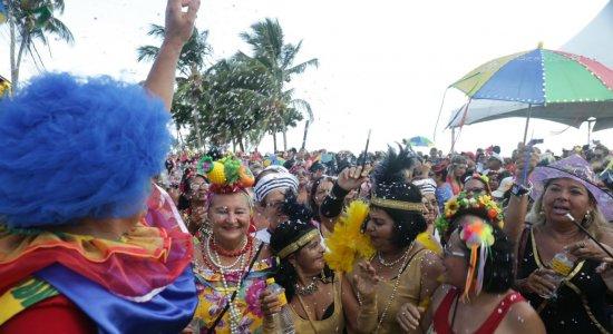 Bloco das Poderosas anima idosas na orla do Janga, em Paulista