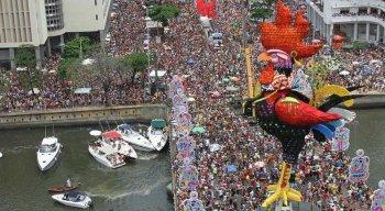 O Galo da Madrugada é montado todos os anos na ponte Duarte Coelho afetando o trânsito na região.