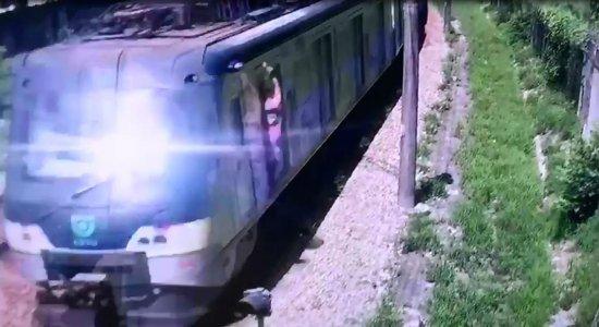 """Passageiros são flagrados """"surfando"""" em metrô do Recife"""