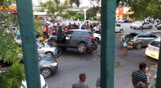Motorista perde controle, carro 'voa' do Carrefour e para no meio da rua, na Torre