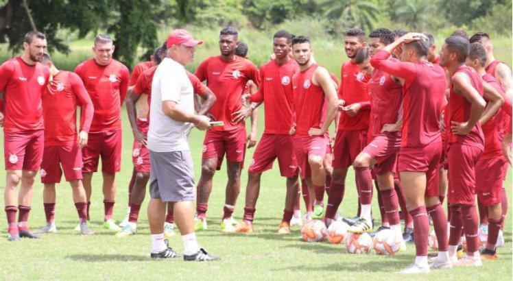 Márcio Goiano conversa com o elenco durante treinamento.