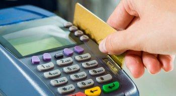 Foliões devem ficar atentos ao usar cartões de crédito ou débito durante o carnaval