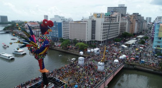 Foliões chegam para acompanhar desfile do Galo da Madrugada