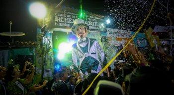 Desfile do Homem da Meia Noite arrasta público fiel