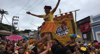 Mulher na Vara é uma das tradicionais troças que saem na Segunda de Carnaval em Olinda