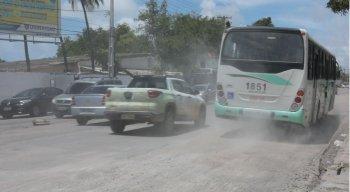 Na Avenida Cruz Cabugá, a Compesa realiza a troca de uma tubulação