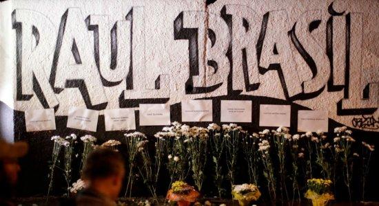 Moradores de Suzano prestam homenagens a mortos em tiroteio