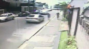 Toda a ação também foi registrada por câmeras de segurança, posicionadas no entorno do local do crime.