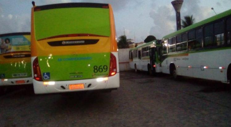 Ônibus parados na garagem