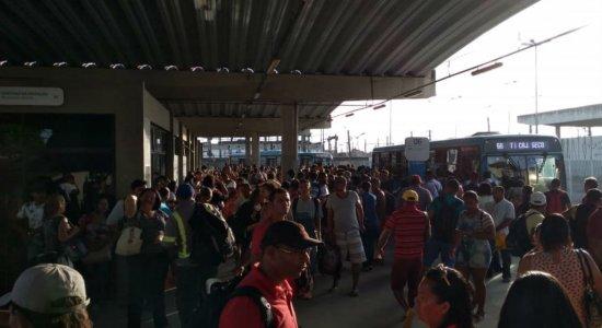 Passageiros enfrentam paralisação da linha sul do metrô do Recife
