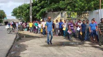 Fila enorme de trabalhadores desempregados em frente ao Cais José Estelita