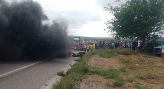 Em Pesqueira, índios da tribo Xukurú realizam protesto na BR-232