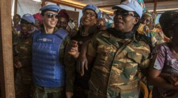 A oficial brasileira (esquerda) disse estar muito orgulhosa com a escolha