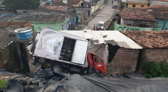 Caminhão tomba sobre casa no Ibura