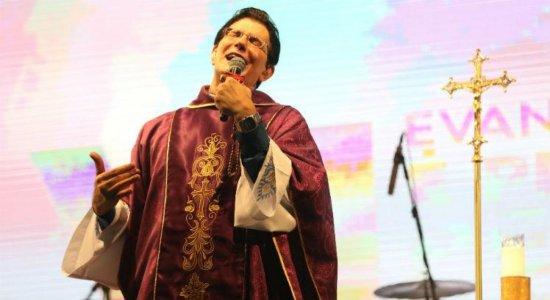 ''Parem de fuxicos'', diz padre Reginaldo Manzotti no Pina