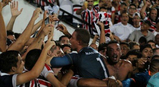 Jogadores do Santa Cruz comemoram a vaga na semifinal da Copa do Nordeste