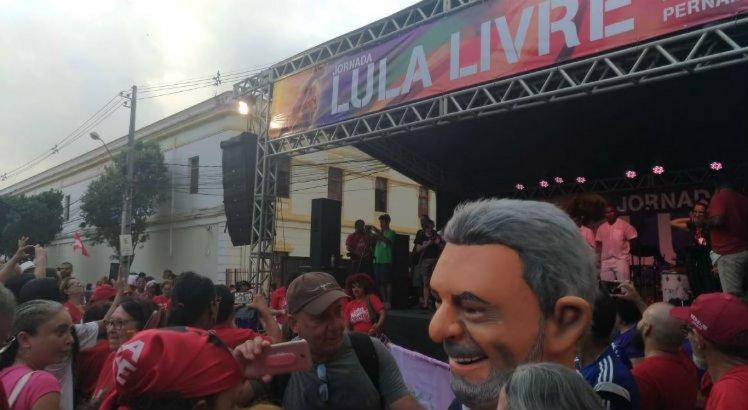 Agremiações carnavalescas e militantes realizam ato contra a prisão de Lula no Recife