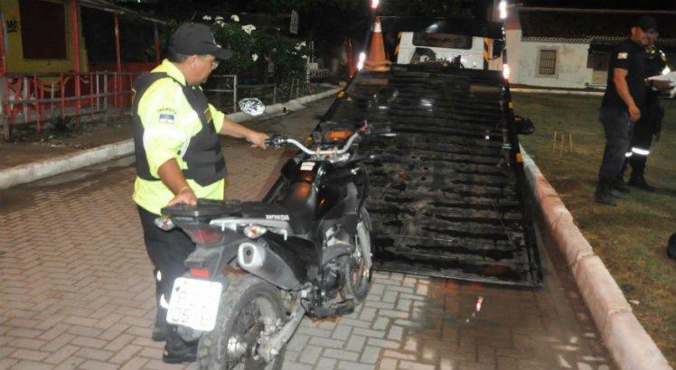 A moto foi apreendida e recolhida para o pátio da prefeitura.