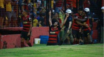 Hernane Brocador balançou as redes duas vezes e chegou a nove gols. Ele é o artilheiro do Campeonato Pernambucano.