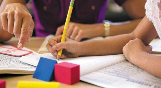 Bolsonaro assina projeto de lei sobre educação domiciliar