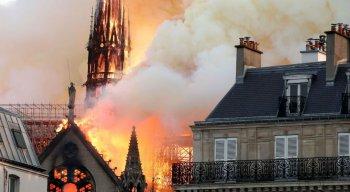 Forças de segurança mobilizam-se para debelar fogo que atinge catedral
