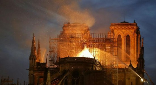 No Twitter, Bolsonaro lamenta incêndio na Catedral de Notre-Dame