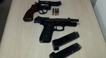 No momento da abordagem a residência onde os suspeitos estavam, foram encontrados duas pistolas (38 e .40).