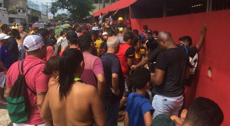 Fila para compra de ingressos na Ilha do Retiro contou com segurança reforçada para evitar confusão.