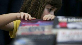 Deixar a crianças tocar o livro e brincar com ele isso faz parte do processo de incentivar a leitura