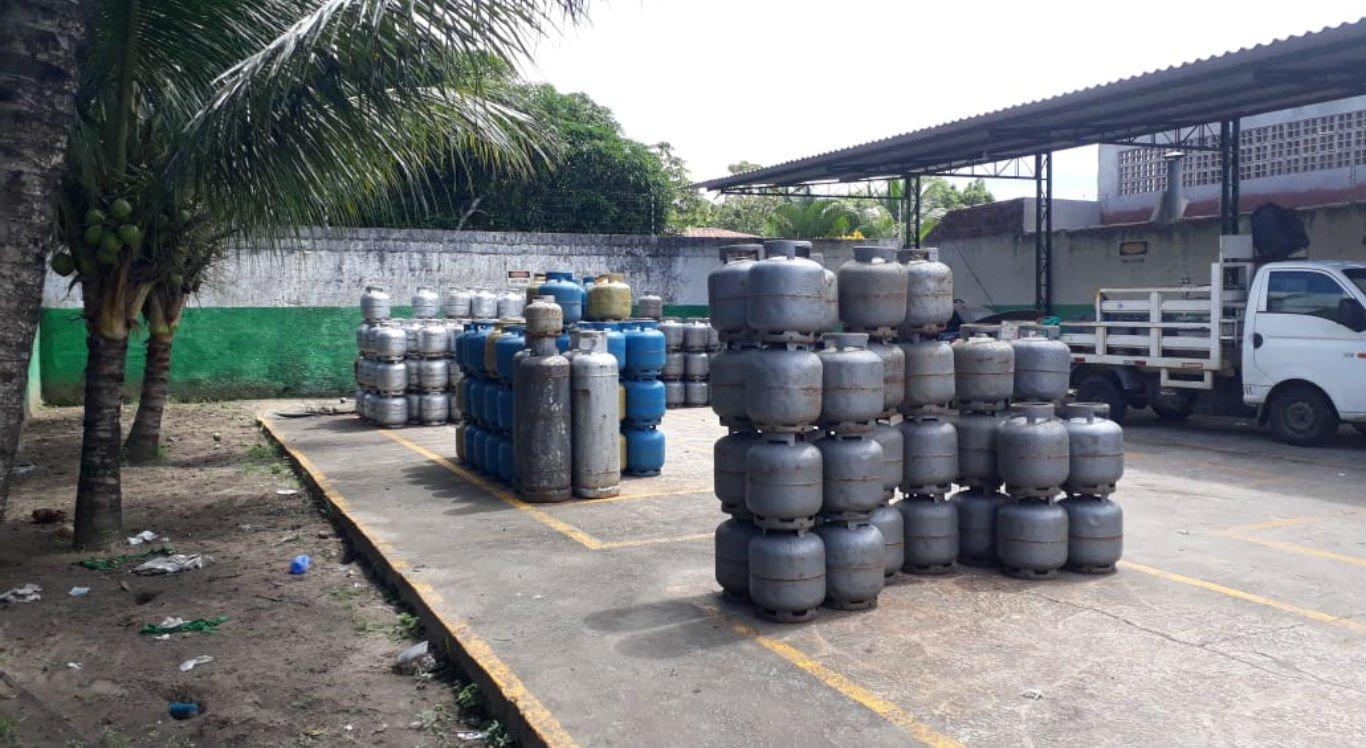 Polícia apreende 277 botijões de gás em revendedora sem licença