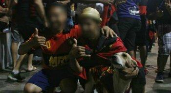 O cão, chamado Colher de Pau, é bastante conhecido pela torcida rubro-negra e virou símbolo de sorte