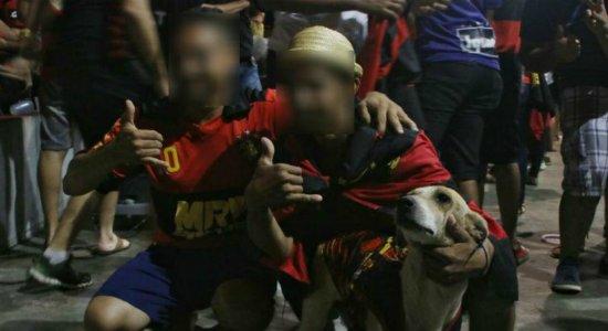 Torcedor do Sport e cachorro dele são agredidos por torcida rival no Centro do Recife