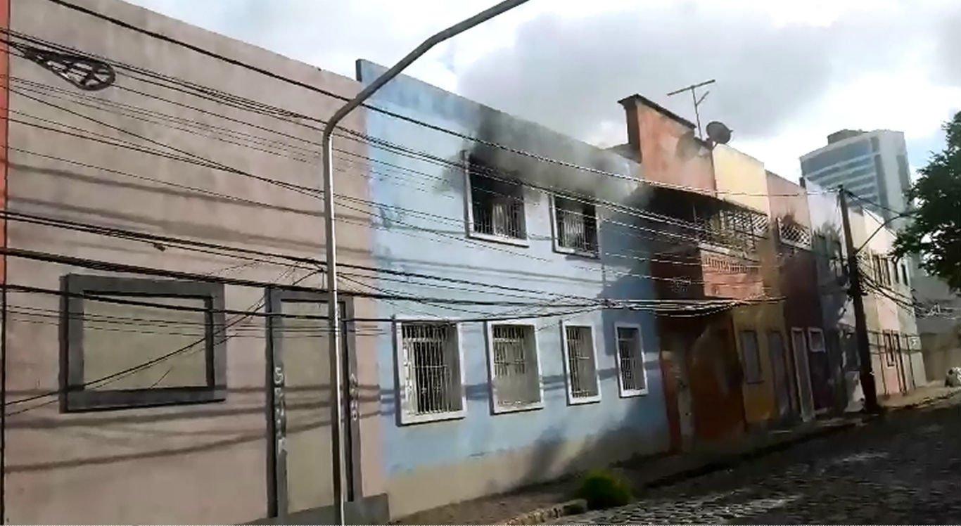 Bombeiros são acionados para combater chamas na Casa das Mães do Imip