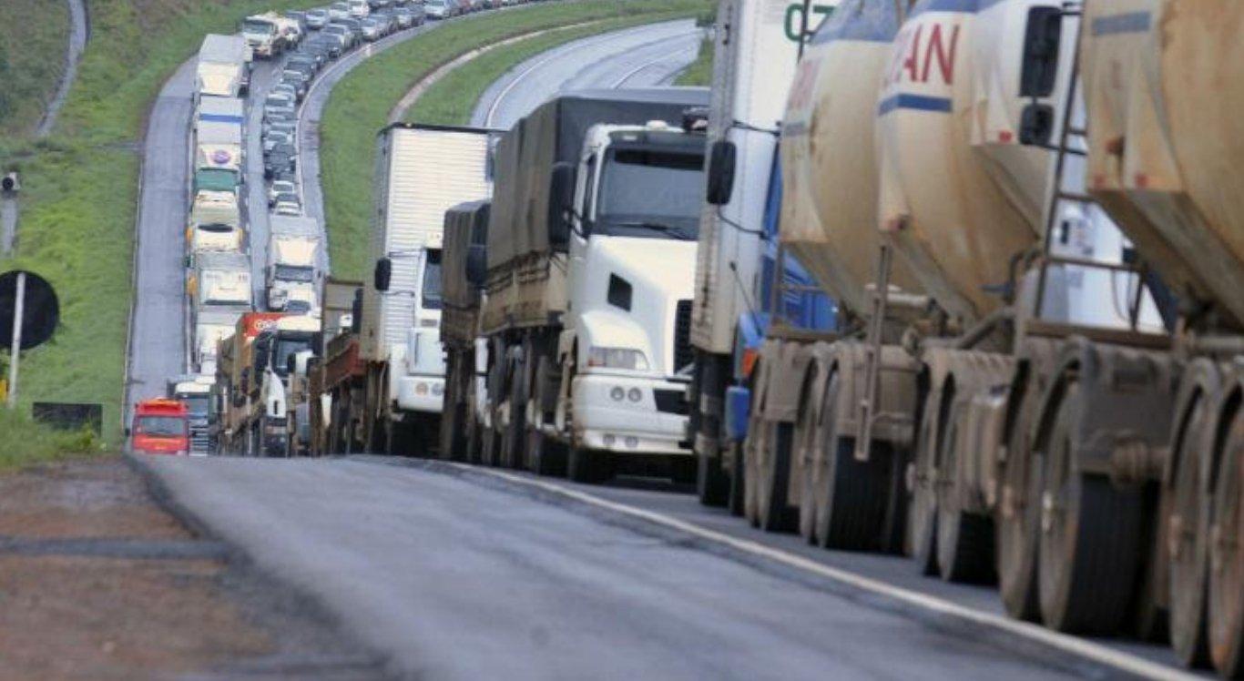 Após reunião com ministro, caminhoneiros descartam greve