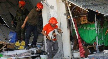 Socorristas buscam vítimas do terremoto que sacudiu parte da cidade de Porac, nas Filipinasfili