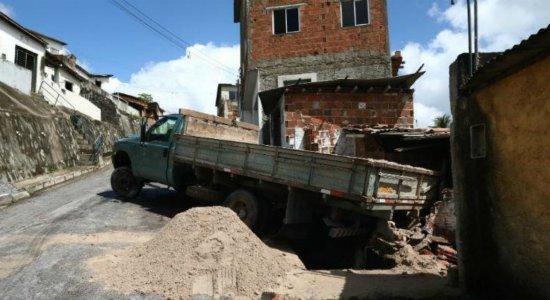 Caminhão não consegue subir ladeira, bate em casa e destrói parcialmente o imóvel no Alto do Refúgio