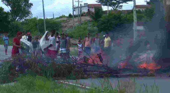 Moradores interditam BR-104 em protesto por lombadas eletrônicas