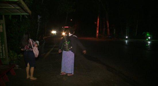 Moradores e populares sofrem com falta de iluminação em Camaragibe