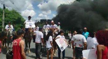 Parentes e amigos do suspeito realizaram protesto na manhã deste domingo (28)