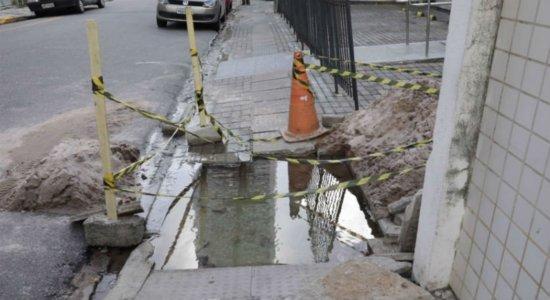 Moradores denunciam vazamento de água limpa em Boa Viagem