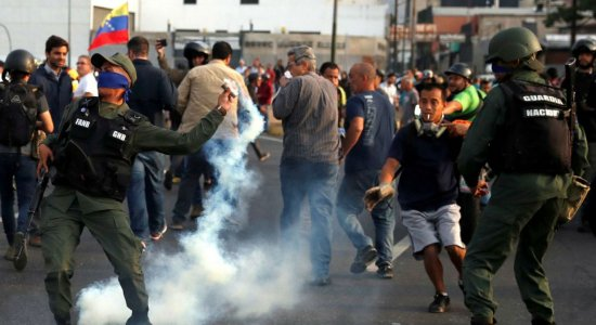 Guaidó afirma ter apoio de militares para derrubar Maduro