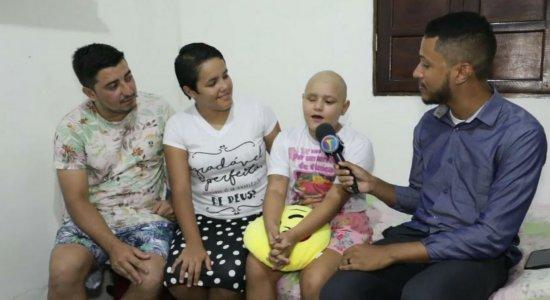 Com câncer no joelho, menina vem ao Recife em busca de tratamento