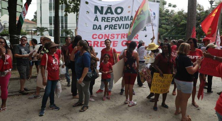 O ato, que se concentra na Praça do Derby, na área central do Recife, começou por volta das 9h