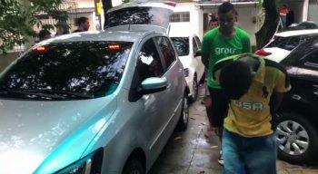 Suspeito chega escoltado por policiais à Delegacia do Ibura